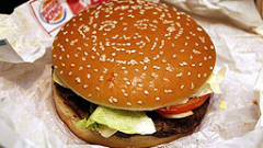 Беконът, бургерите и наденичките повишават риска от рак