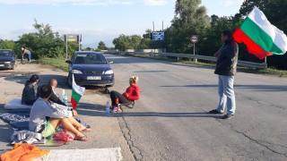 Шесто денонощие продължава блокадата на пътя Сливен-Ямбол