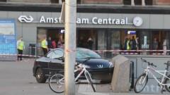 Кола връхлетя върху пешеходци в Амстердам