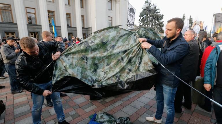 Протестиращите издигнаха 50 палатки пред парламента на Украйна