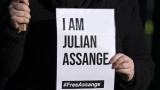 Джулиан Асандж събличан гол и закопчаван с белезници 11 пъти