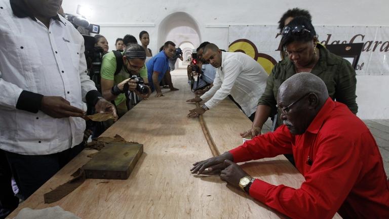 Рекордна 90-метрова кубинска пура за 90-годишния рожден ден на Фидел Кастро