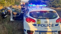 Паднала кола в дере затруднява трафика по пътя София-Варна
