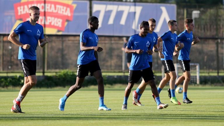 Договорите наосем от играчите на Левскитрябва да бъдат подновени до