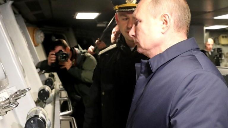 Путин наблюдава военни учения в Черно море на борда на ракетен крайцер