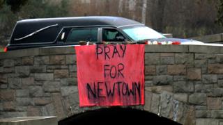 Мотивите за масовото убийство в Кънектикът остават неясни