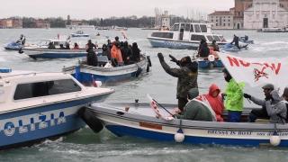 """""""Пиратска"""" схватка между полиция и протестиращи във Венеция"""