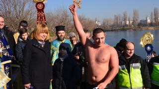 20-годишен извади кръста в София, дарява наградата за деца, болни от рак