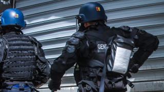 Мъж намушка полицайка и стреля по двама полицаи в Западна Франция