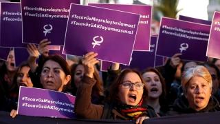 Турските власти оттеглиха закона за амнистирането на изнасилвачи на деца
