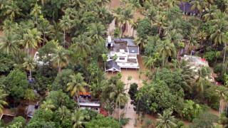 Над 300 души загинали в наводненията в Индия