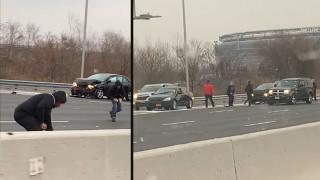 Инкасо автомобил разпиля пари на магистрала в САЩ