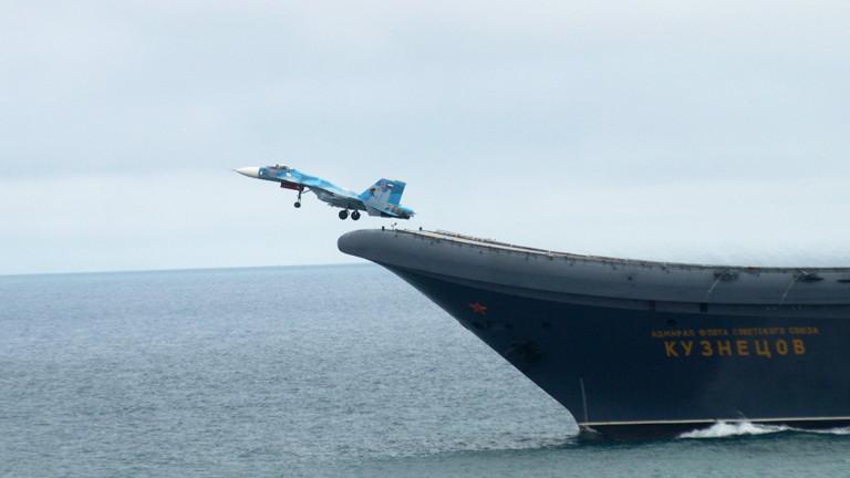 Изтребител излита от палубата на самолетоносача