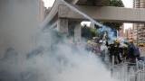 Полицията използва сълзотворен газ срещу протестиращите в Хонконг