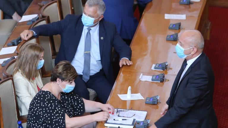 24 са общо глобените народни представители за неносене на маски.