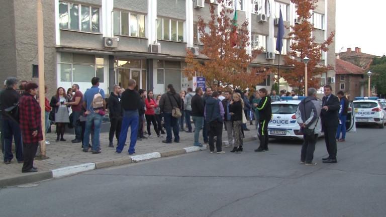 Казанлък защити битите полицаи в Мъглиж