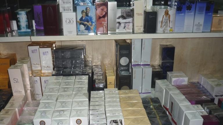 Откриха 1200 парфюма в двойна стена-тайник на микробус