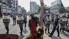 Десетки хиляди на протест срещу преврата в Мианмар въпреки забраната на интернет