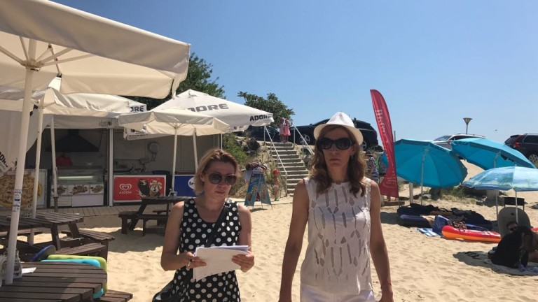 "Стари чадъри, неверни табелки и лоша хигиена видяха на плаж ""Равда-Академика"""