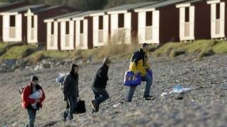 Местни жители грабят корабокруширалия MSC Napoli