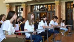 Ученици от Бургас на протест заради ограничения в облеклото