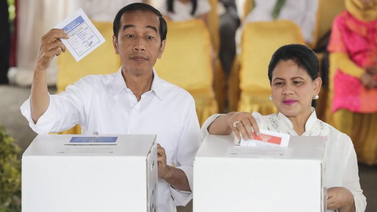 Снимка: Джоко Видодо печели президентските избори в Индонезия, показва екзитпол