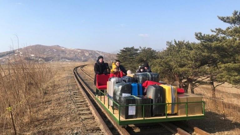 Дипломати на Русия се прибират от Северна Корея с ръчно бутана самоделна вагонетка