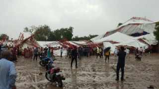 Най-малко 14 загинали при рухването на шатра в Индия