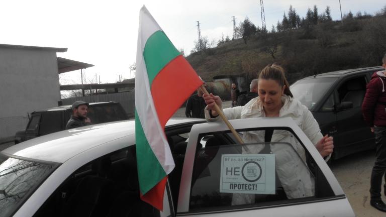 Граждани протестират срещу изключването на ВиК проекти на район