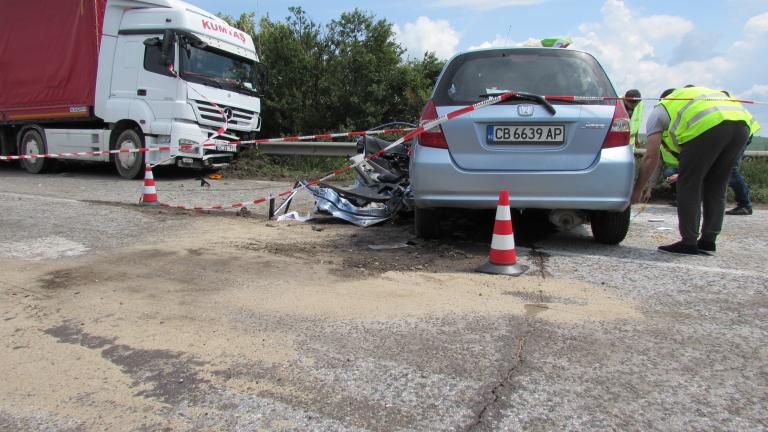 """Трима пострадали при катастрофа между ТИР и кола на АМ """"Хемус"""""""