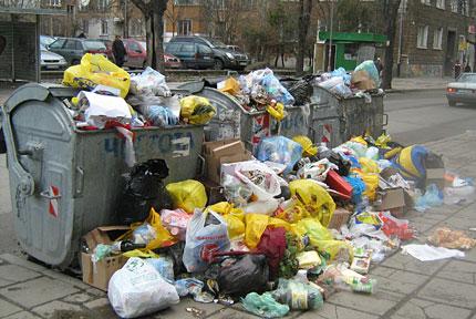 150 сигнала за боклуци за ден в Кризисния щаб