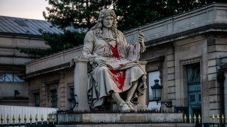 Нападнаха статуята на Жан-Батист Колбер в Париж
