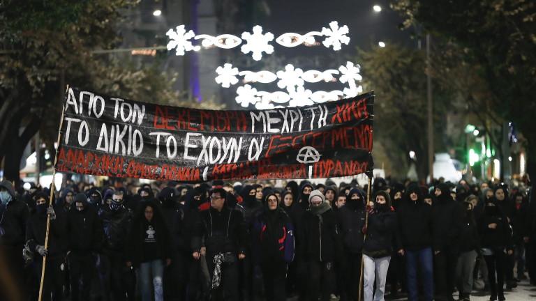 77 задържани при размирици в Гърция