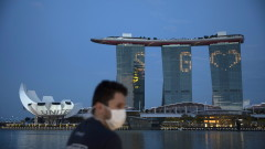 Сингапур дава на възрастните хора без смартфон специално устройство за проследяване на Covid-19
