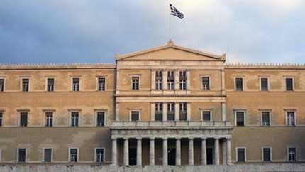 Гръцкият парламент приема антикризисните мерки под обсада