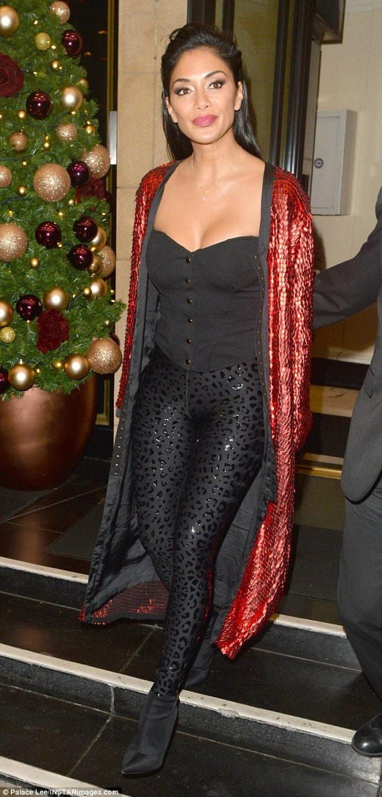 Певицата не пропуска и да се забавлява. В съботната вечер тя отпразнува финала на X Factor в актуално лондонско заведение