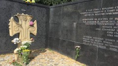 Граждани поднесоха цветя пред Мемориала на жертвите на комунизма