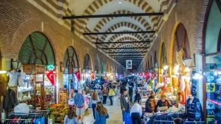 Привлечени от евтините цени, все повече българи и гърци пазаруват в Турция