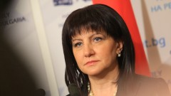 Радев вижда сянката на службите да наднича в спалнята му, убедена Караянчева