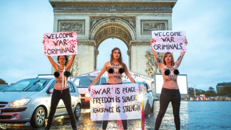 Активистка на Фемен се хвърли срещу кортежа на Тръмп в Париж