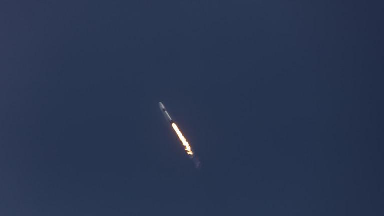 SpaceX успешно прати в орбита сателити от мисията Starlink, но ракетата Falcon 9 се разби