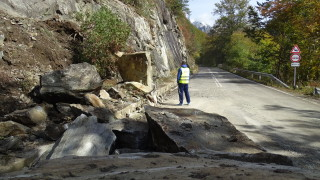 Огромна скала падна на пътя към Рилския манастир