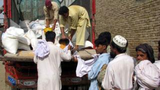 Затварят центрове за помощи в Пакистан