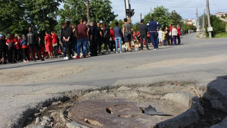 30-годишни светофари на кръстовището в Добрич, където загина 3-годишното дете