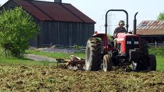 Митничари проверяват горивото на трактори и комбайни