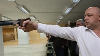 Министър Кралев се включи в турнир по спортна стрелба за медии