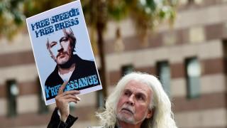 Срокът за задържане на Асандж изтича, но го оставят в затвора