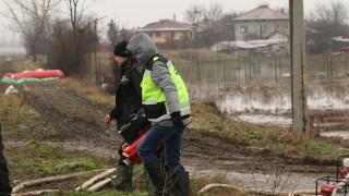 Глобиха шофьор на бус, навлязъл в наводнения участък край Дебелт