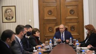 Дончева съветва ГЕРБ да си намерят врачка да им каже за ретроградния Меркурий и вота