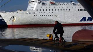 Стачки спряха метрото в Атина, корабите хвърлиха котва